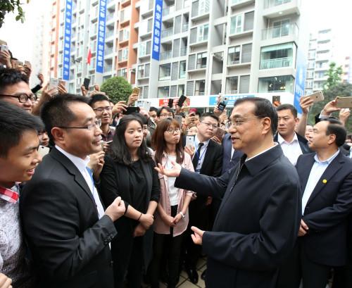 """李克强与成都创客小镇机器人""""切磋""""羽毛球(图)"""